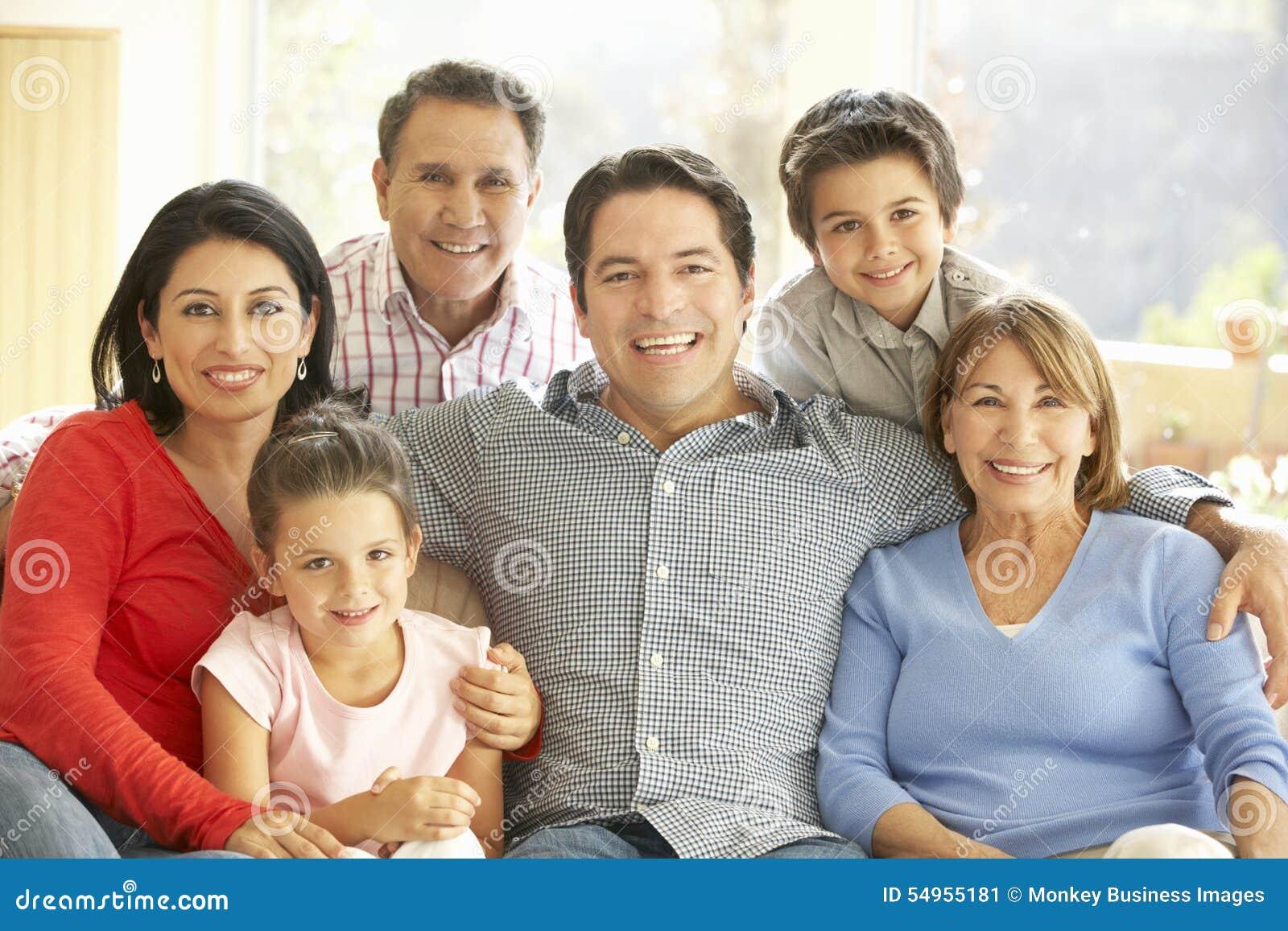 Portret van Uitgebreide Spaanse Familie die thuis ontspannen