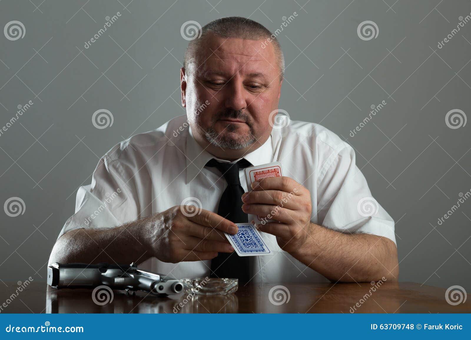 Portret van van het zakenman het roken en spel pook
