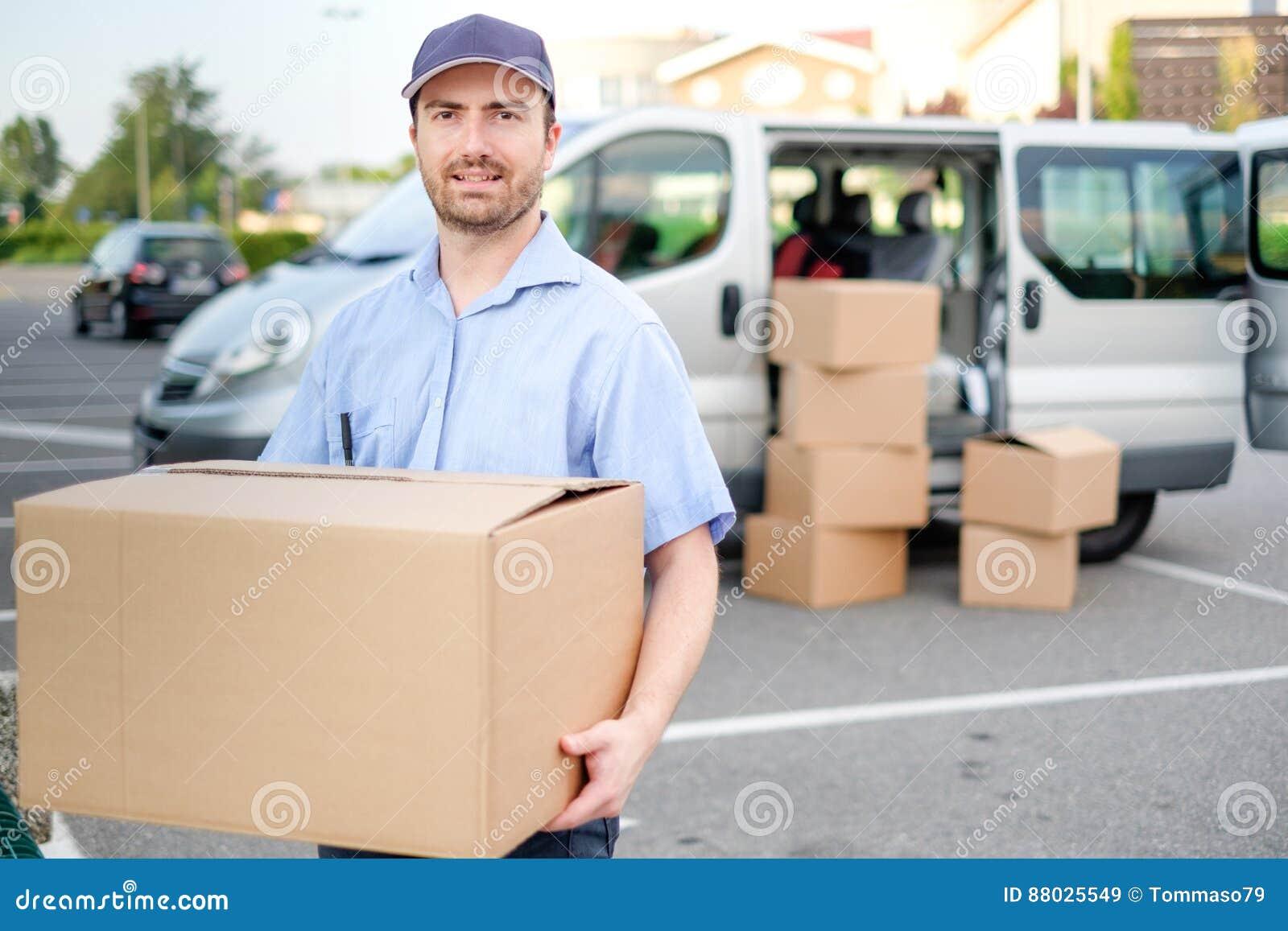 Portret van vertrouwens uitdrukkelijke koerier en leveringsbestelwagen
