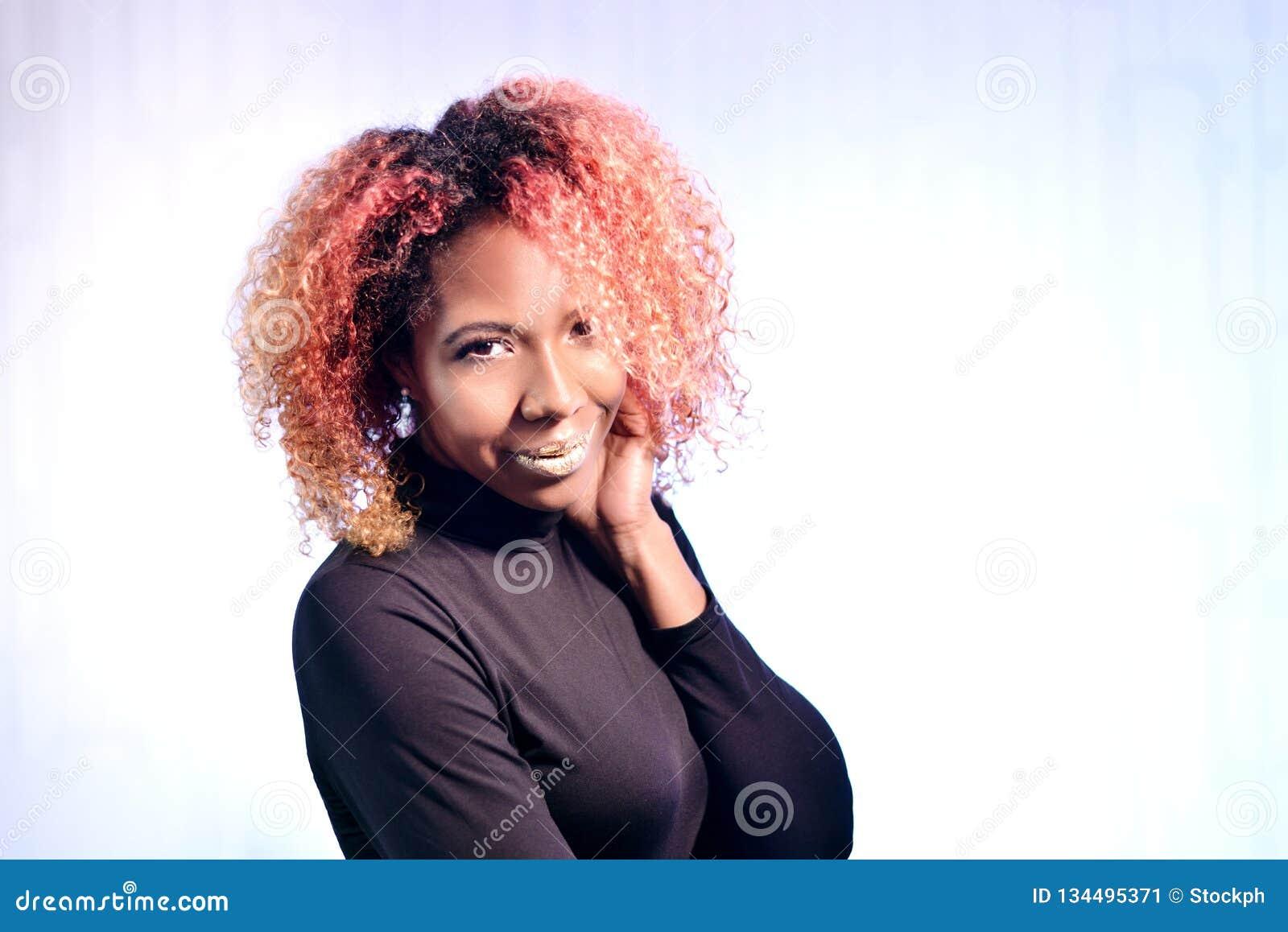 Portret van vrij Afrikaans mooi meisje met rode krullende prachtige hai