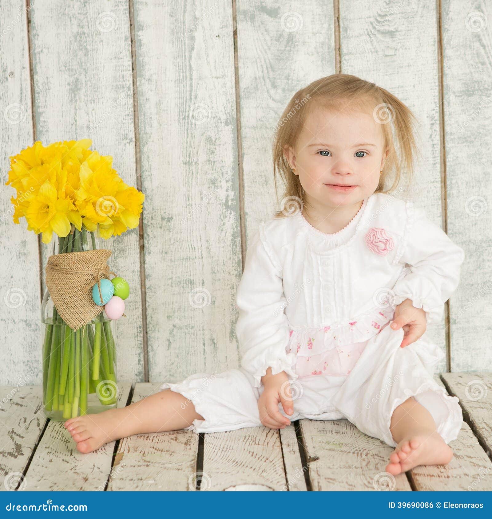 Portret van vrolijk babymeisje met Benedensyndroom