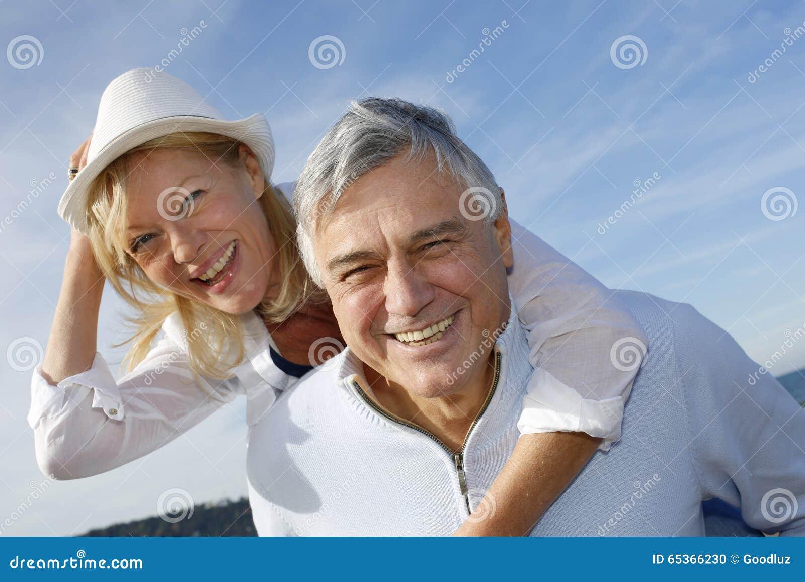 Portret van vrolijk hoger paar die pret op een mooie zonnige dag hebben