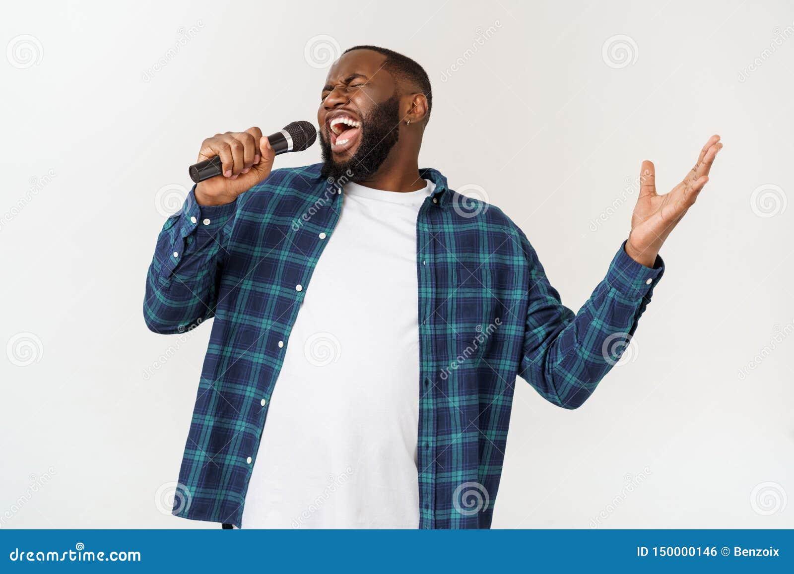 Portret van vrolijk positief elegant knap Afrikaans de microfoon van de mensenholding het zingen lied Ge?soleerdj op witte achter