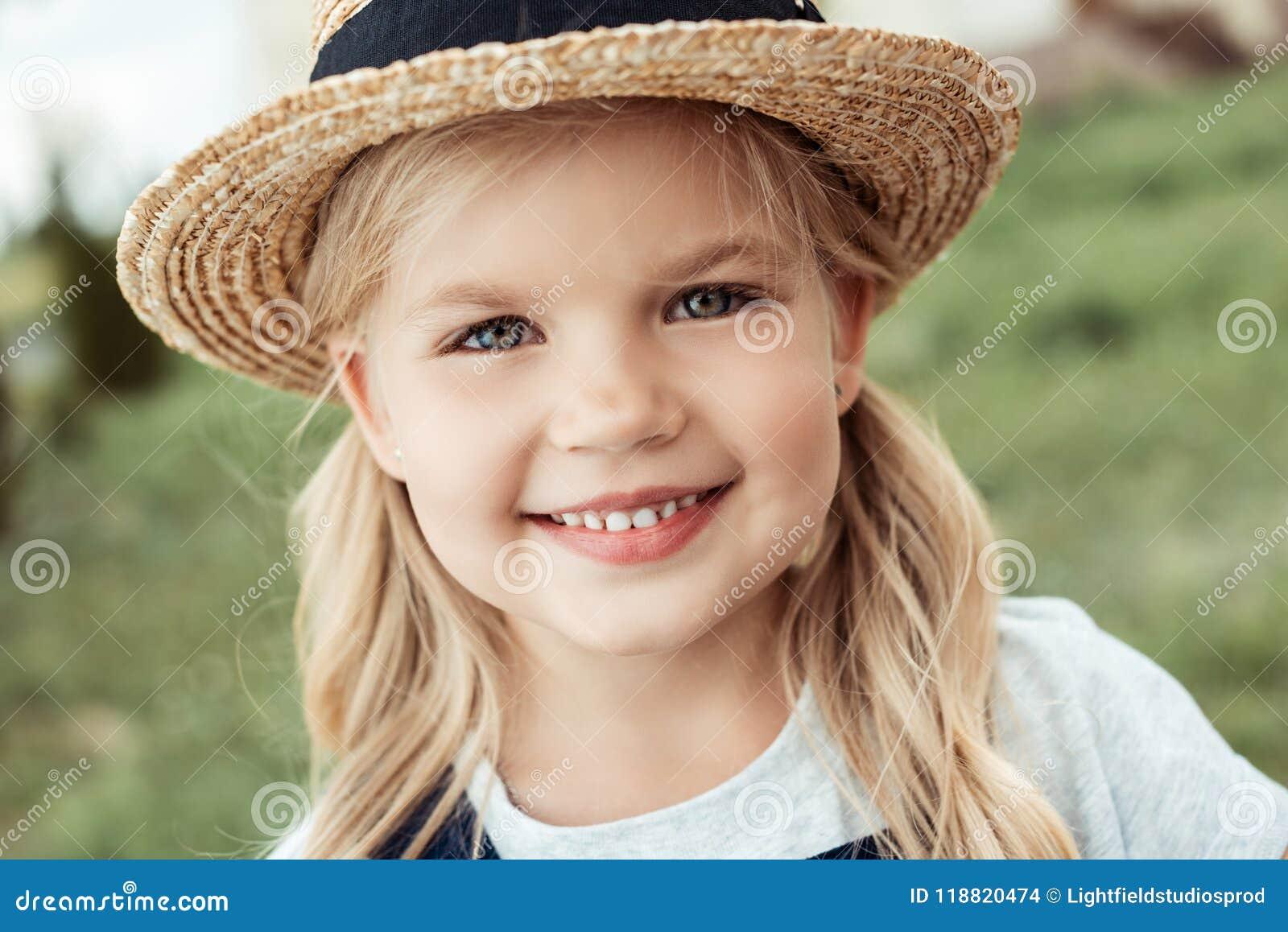Portret van vrolijk weinig Kaukasisch meisje