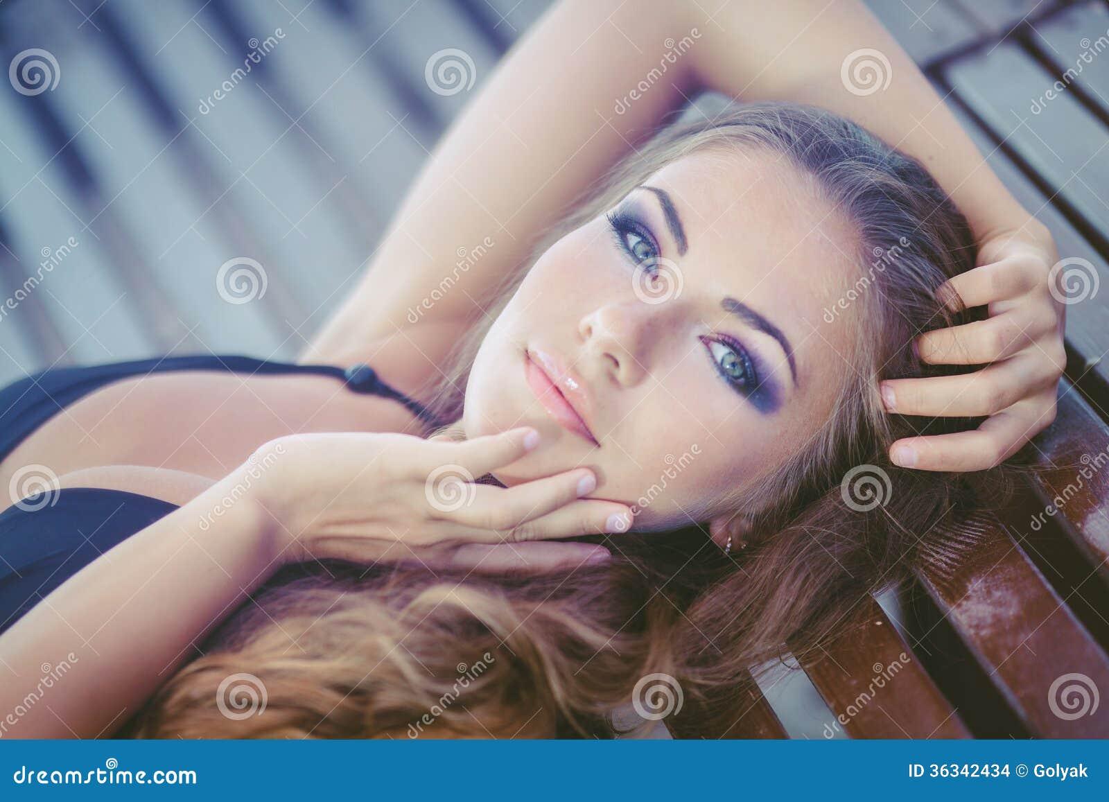 Portret van vrouw het zonnebaden in bikini bij tropische reistoevlucht