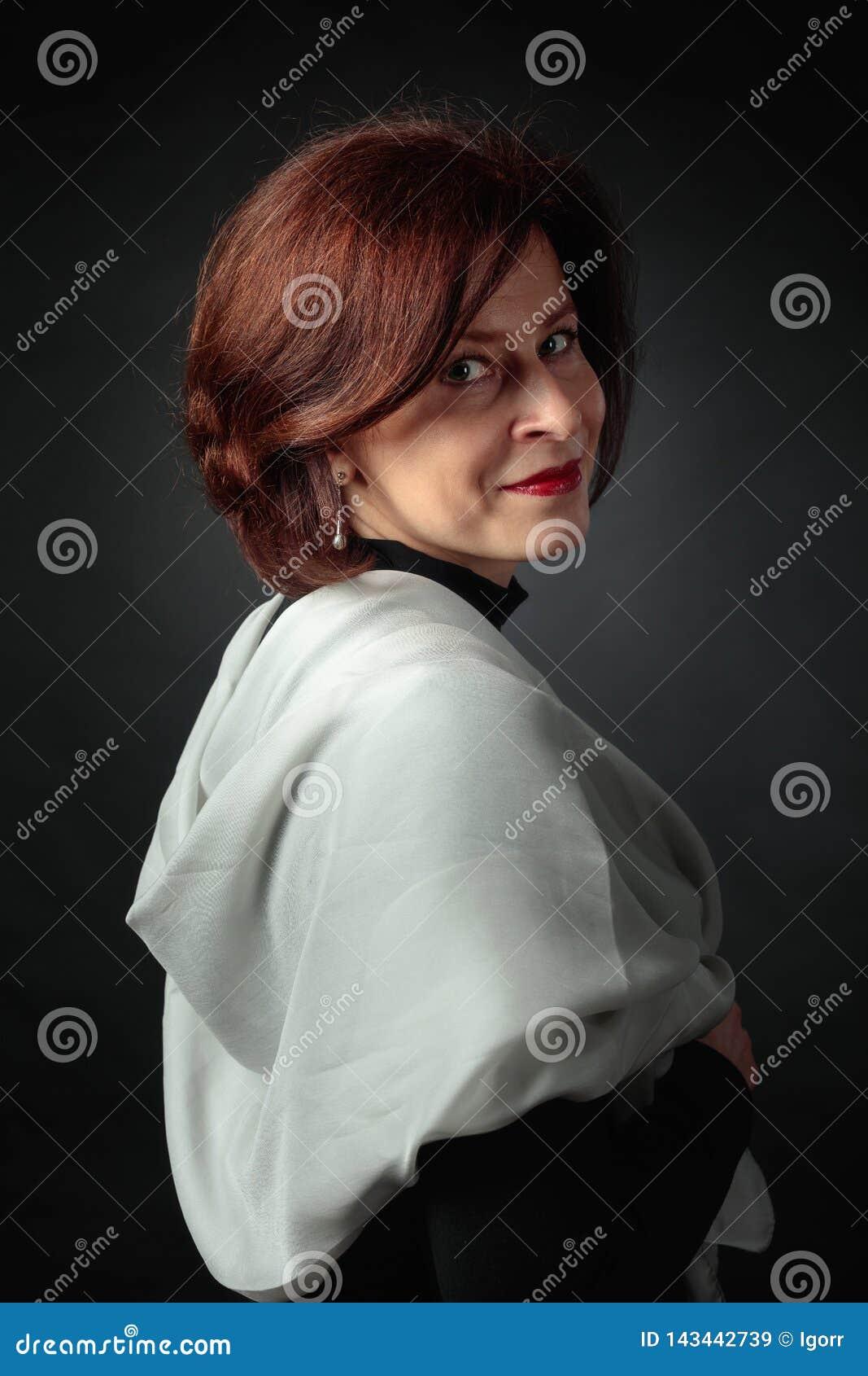 Portret van vrouw met grijze sjaal