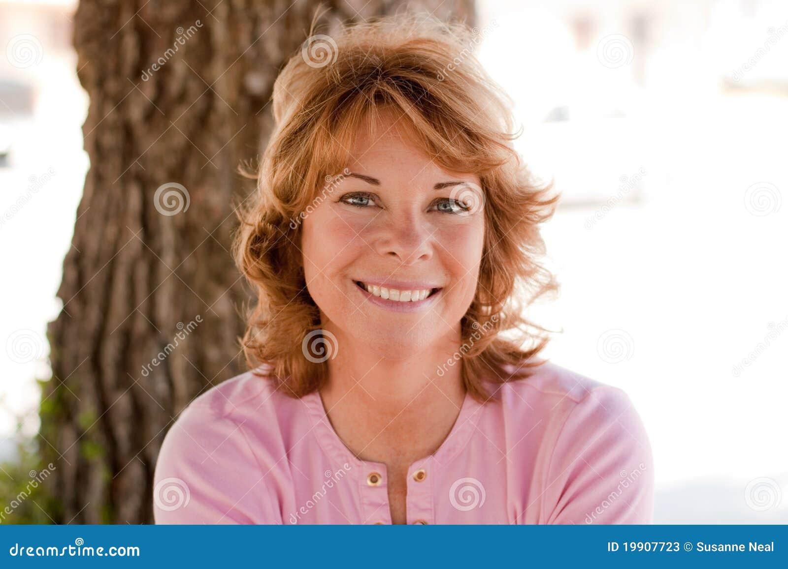 Portret van vrouw vrij op middelbare leeftijd