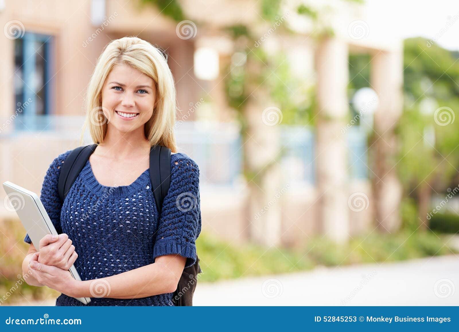 Portret van Vrouwelijke Universitaire Student Outdoors On Campus