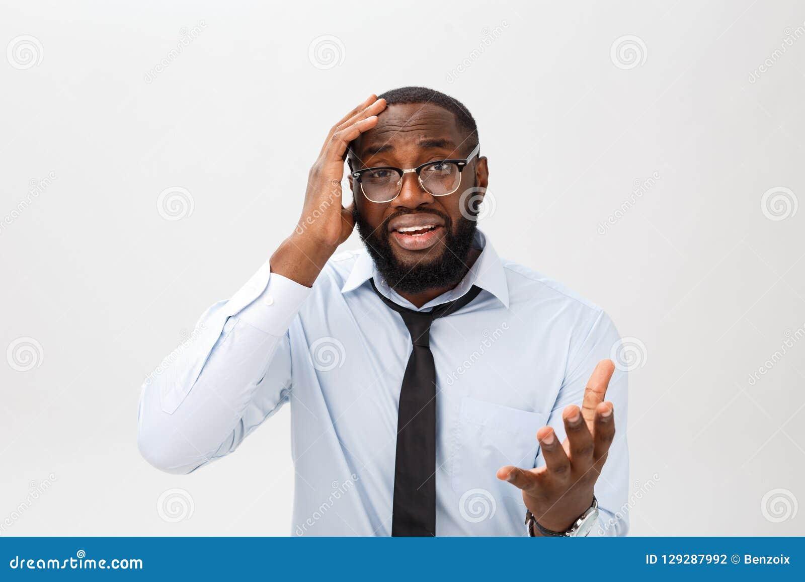 Portret van wanhopig geërgerd zwart mannetje die in tearing woede en woede zijn haar gillen uit terwijl woedend en gek het voelen