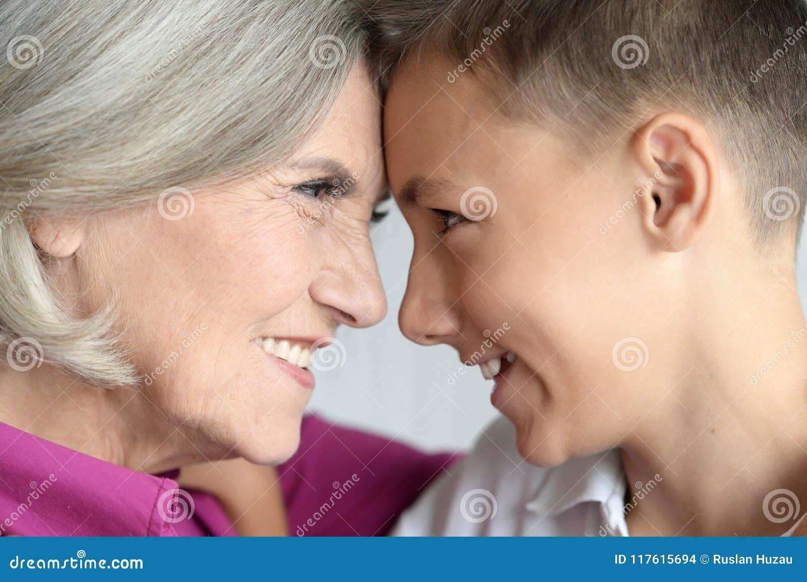 Portret van weggegaane grootmoeder en kleinzoon