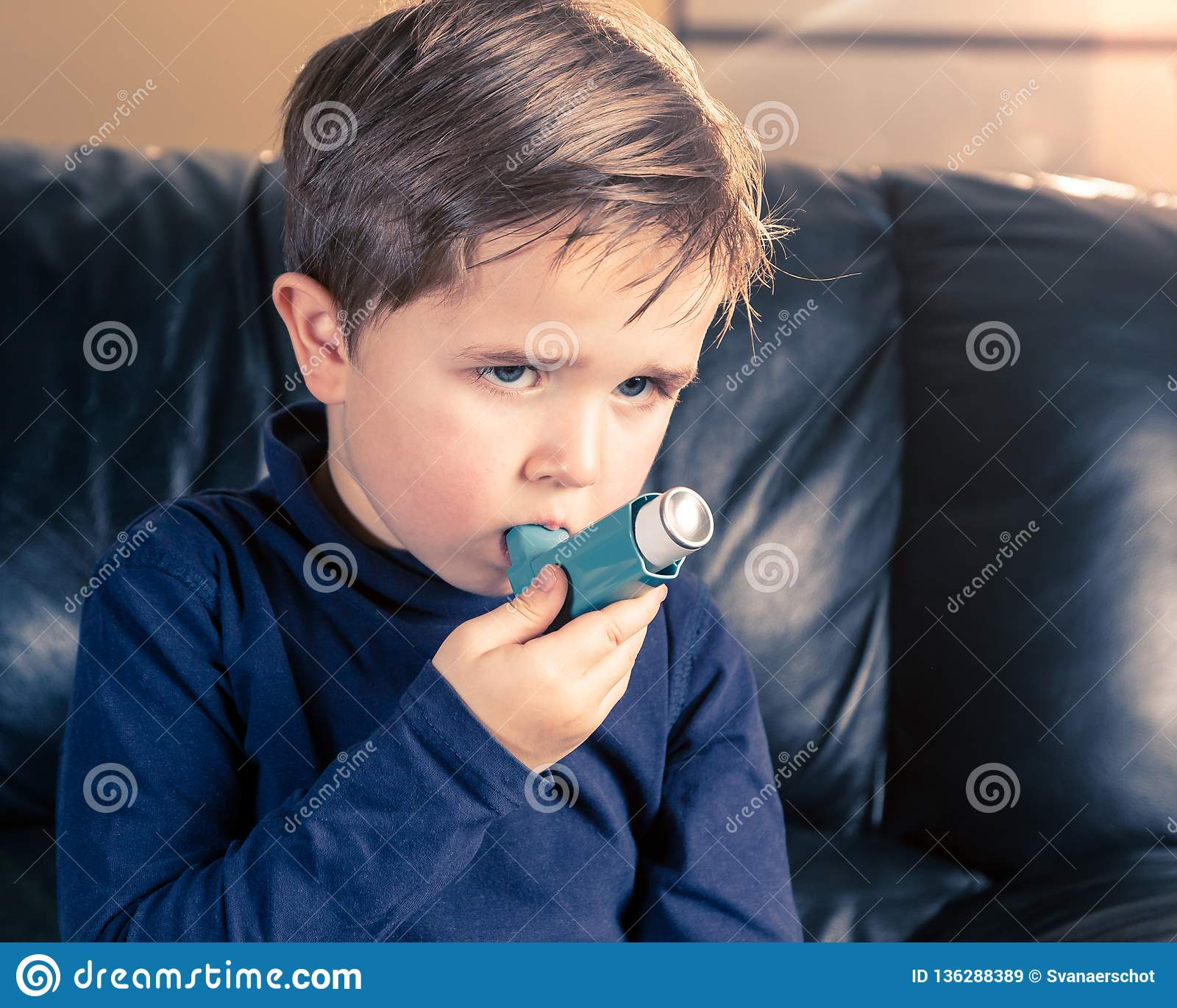 Portret van weinig jongen met astmainhaleertoestel