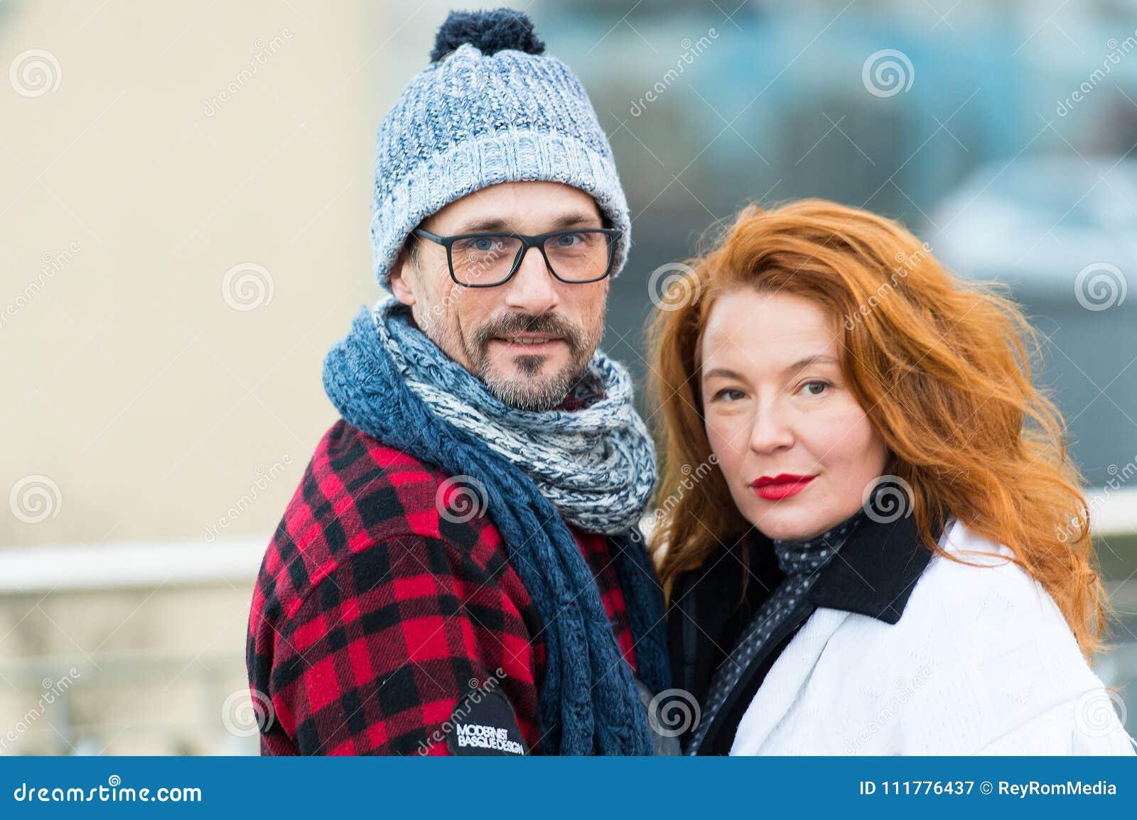 Portret van zoet paar op straat Geglimlachte man en het gelukkige vrouw stellen voor beeld Portret van stedelijke familie Rood ha