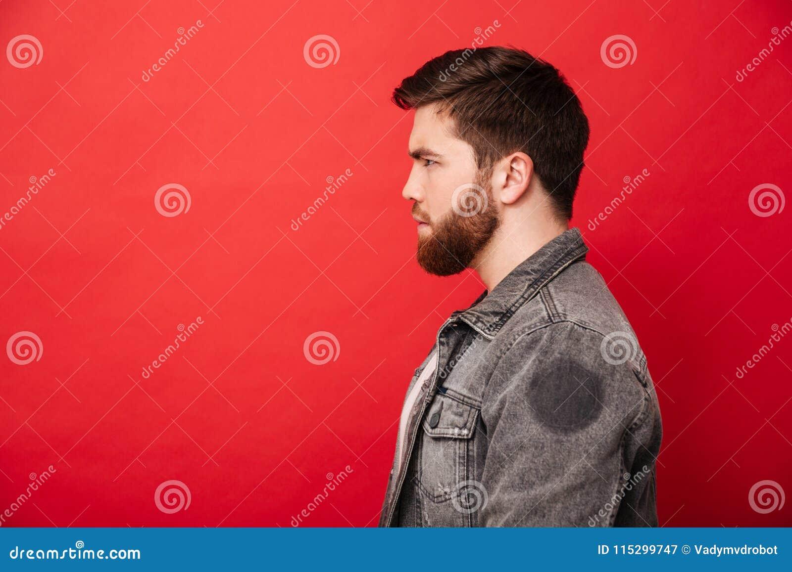 Portret w profilu skoncentrowany brodaty mężczyzna w cajg kurtce