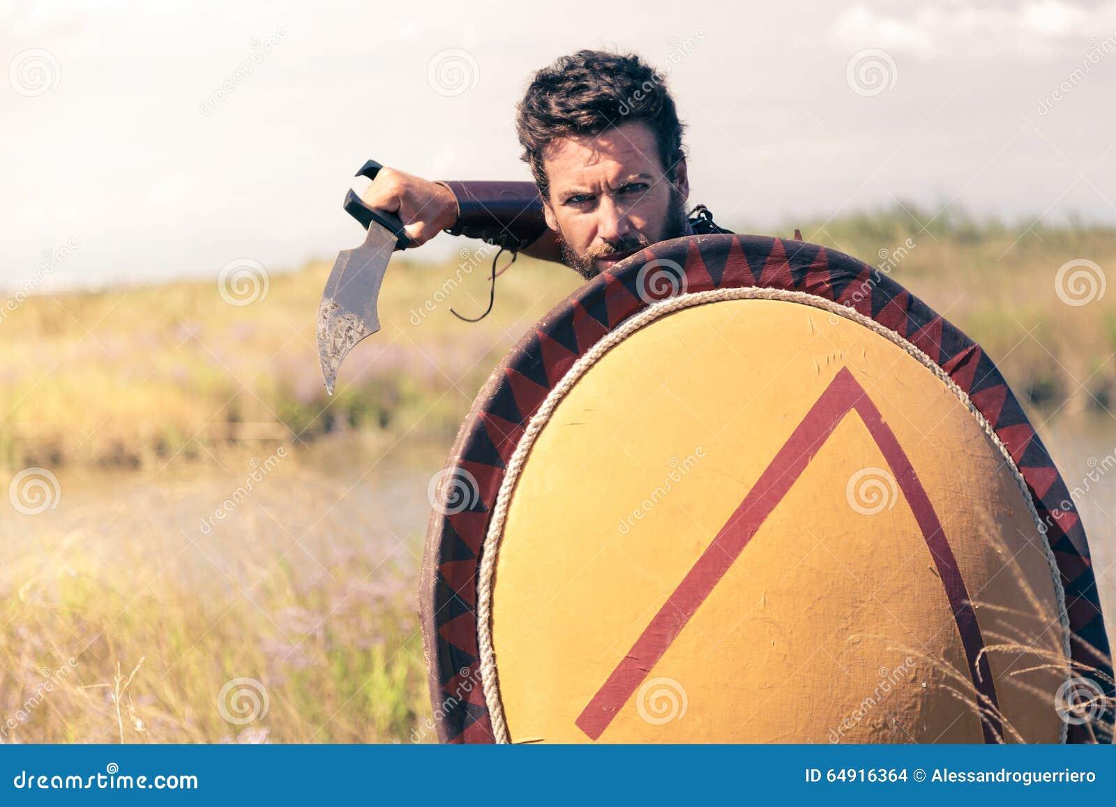 Portret walczyć antycznego wojownika w opancerzeniu z kordzikiem i osłoną