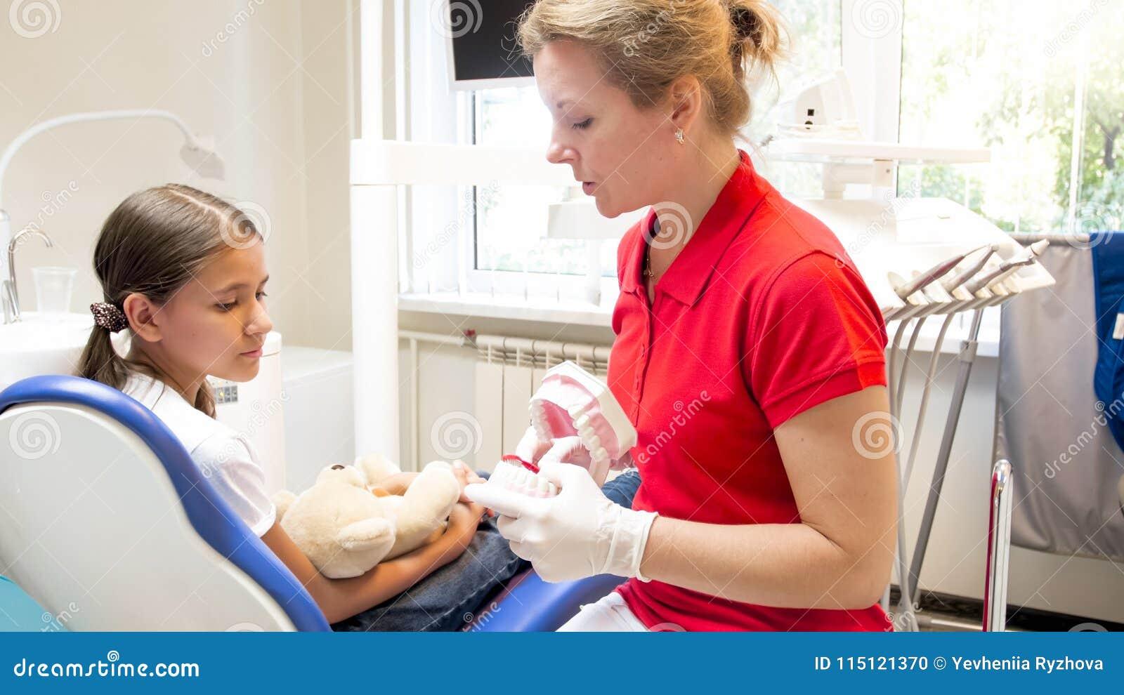 Portret wyjaśnia zęby taktuje jej pacjent pediatryczny dentysta