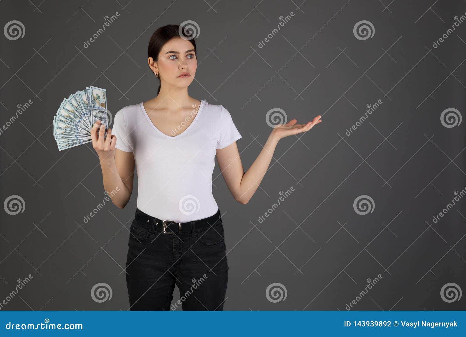 Portret wzburzona smutna brunetki dziewczyna w białej koszulce