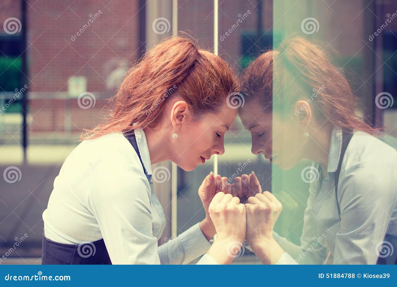 Portret zaakcentowana smutna młoda kobieta outdoors Miastowego życia stylu stres
