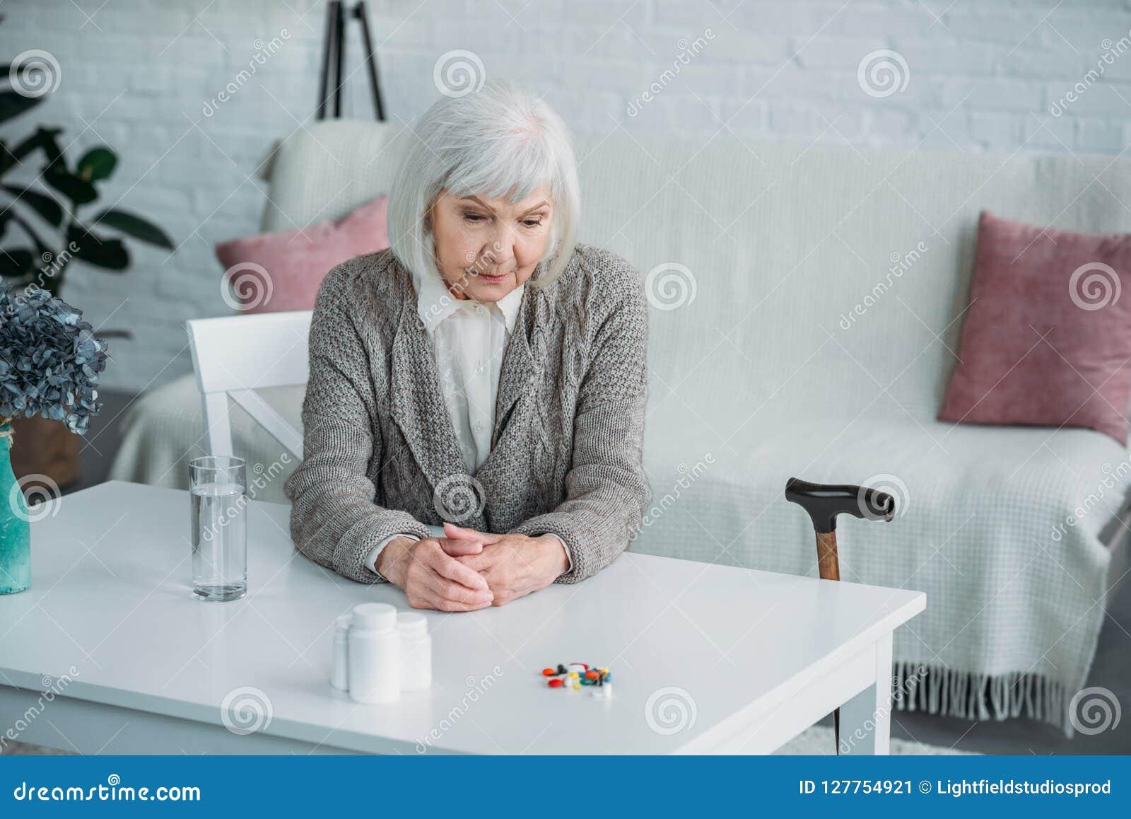 Portret zadumana starsza kobieta
