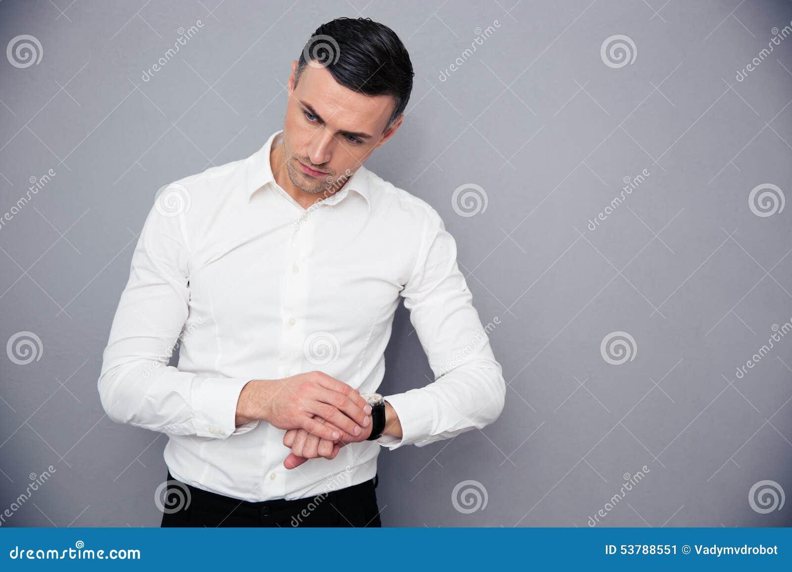 Portret zadumany biznesmen z wristwatch