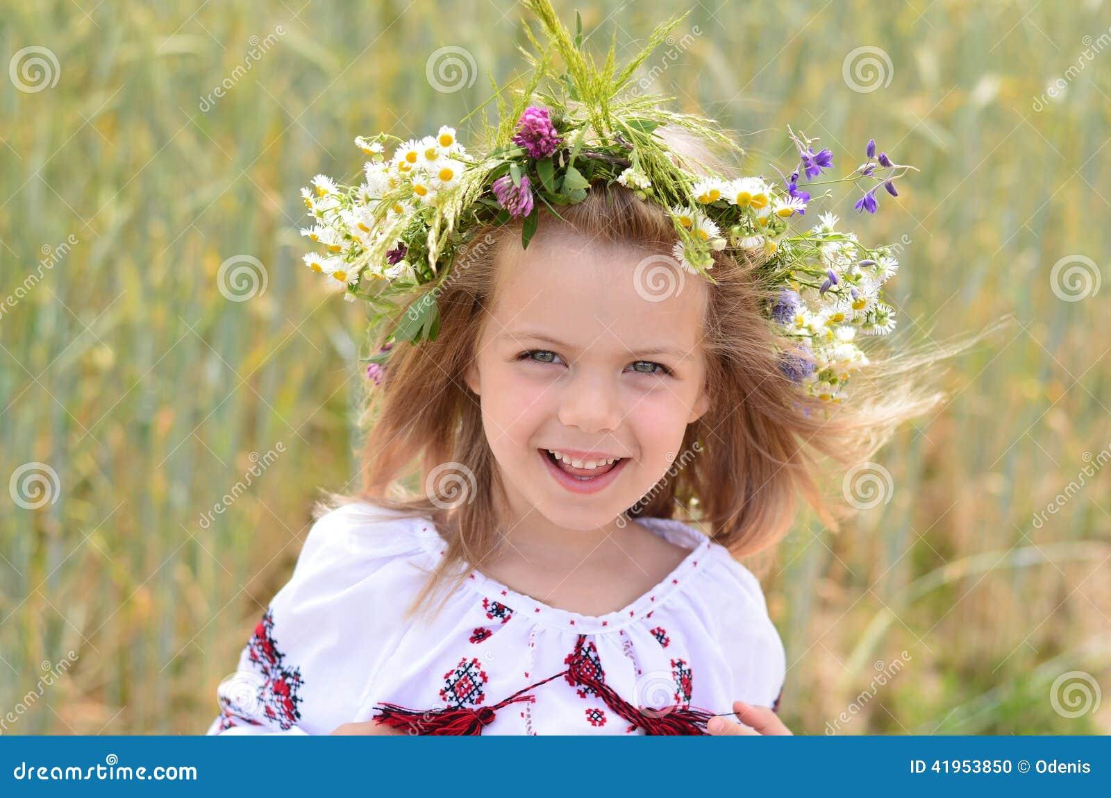 Portret zadziwiająca mała dziewczynka w Ukraińskiej tradycyjnej koszula