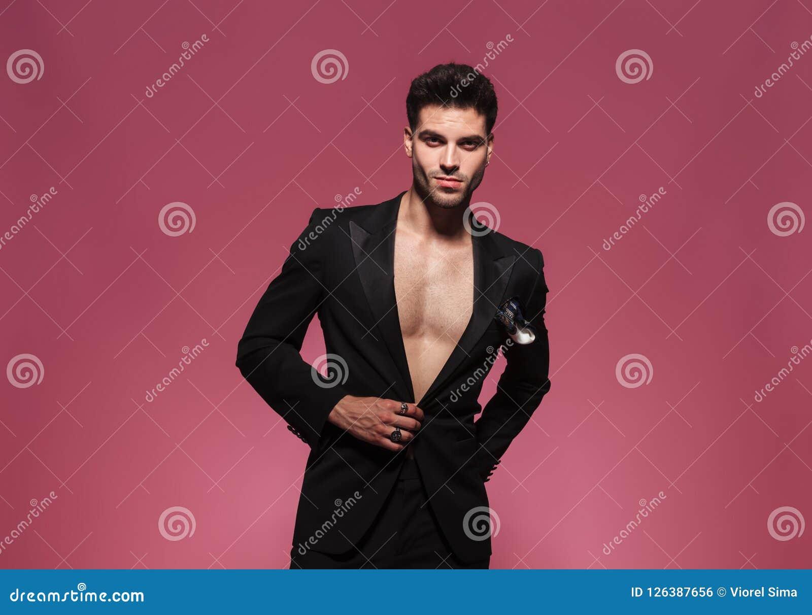 Portret zapina jego czarnego tux seksowny młody człowiek