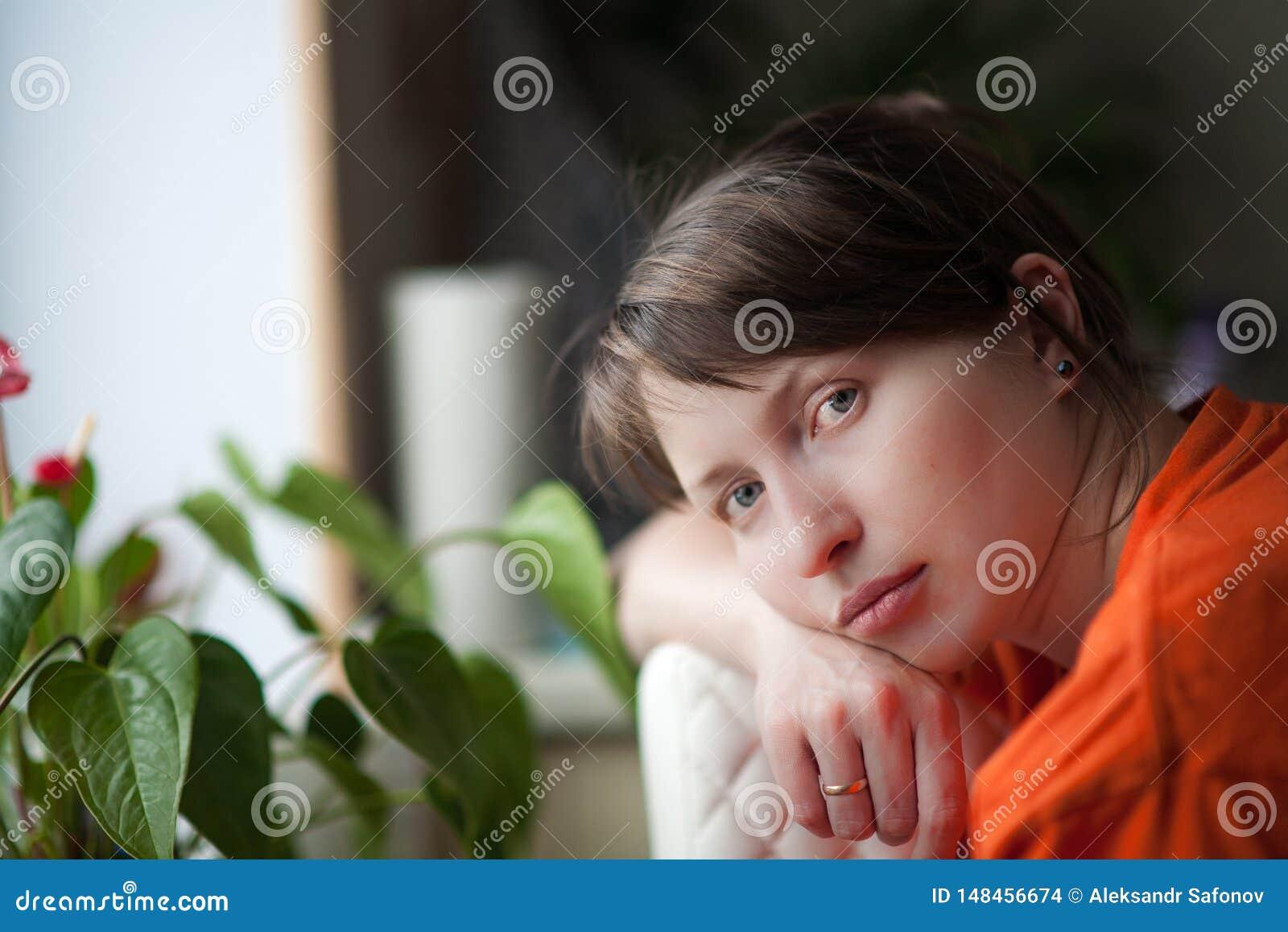 Portret zmęczona kobieta w domu