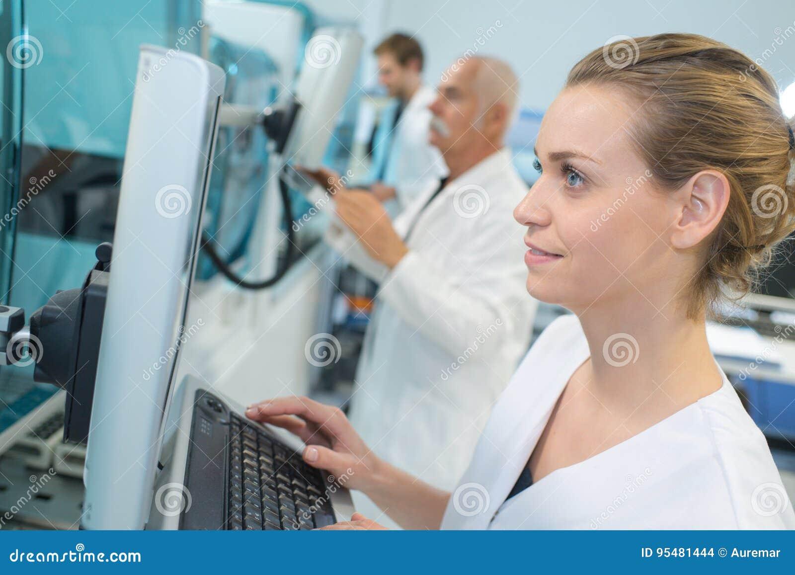 Portreta żeński badacz robi badaniu w lab