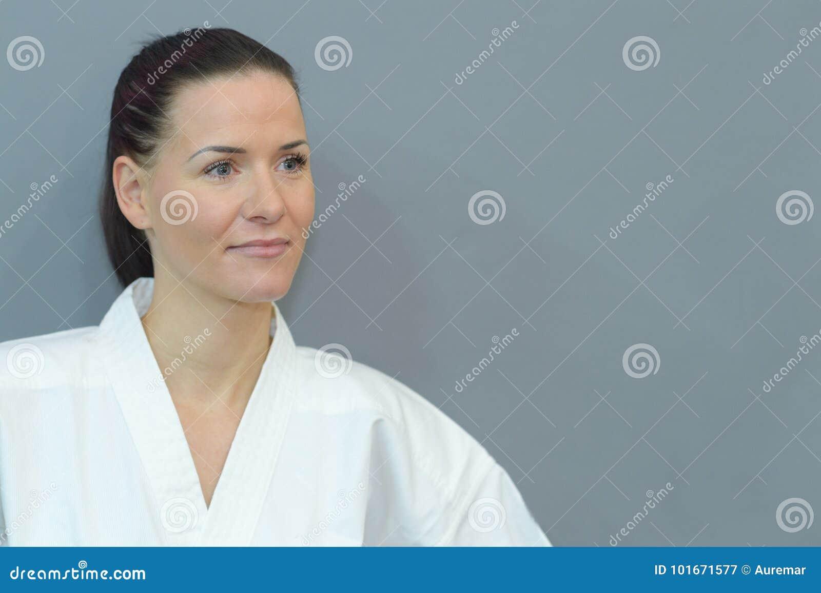 Portreta spełniania karate myśliwska kobieta