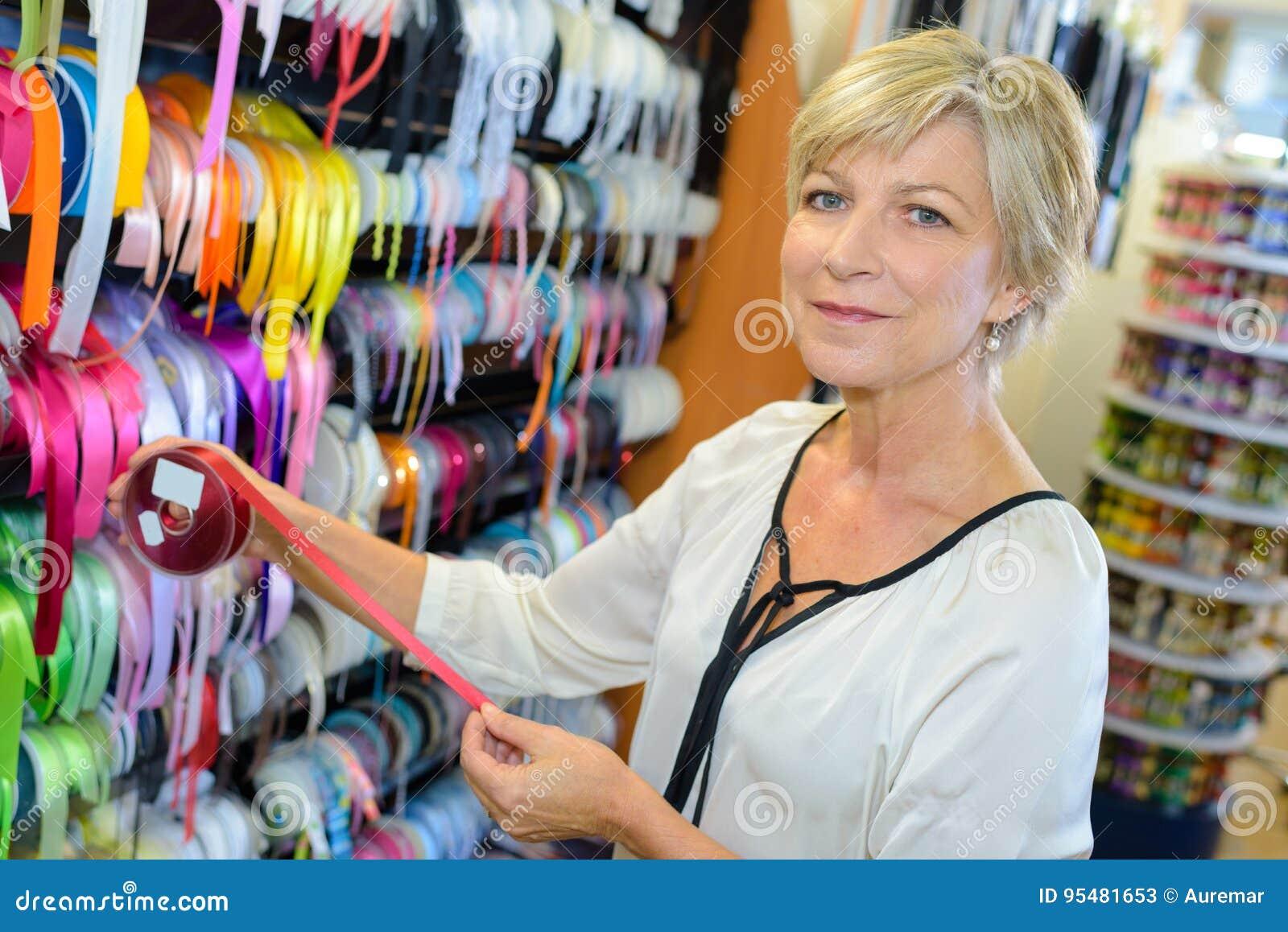 Portreta starszego żeńskiego właściciela tekstylny sklep