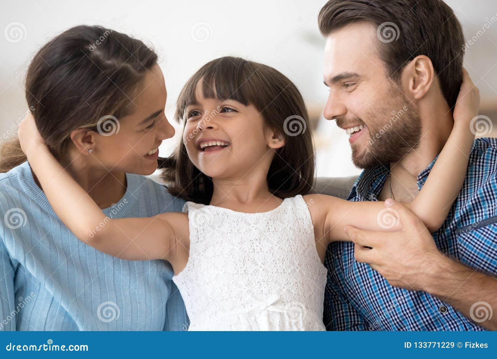 Portreta szczęśliwy atrakcyjny młody rodzinny pozuje obejmowanie