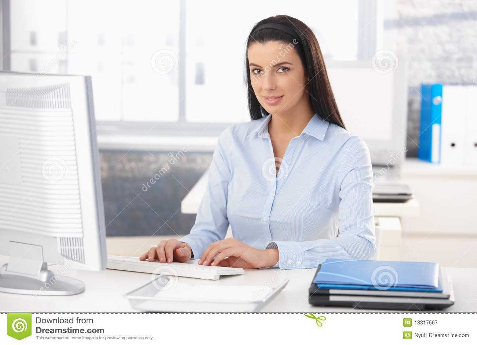 Portreta szczęśliwy biurowy pracownik