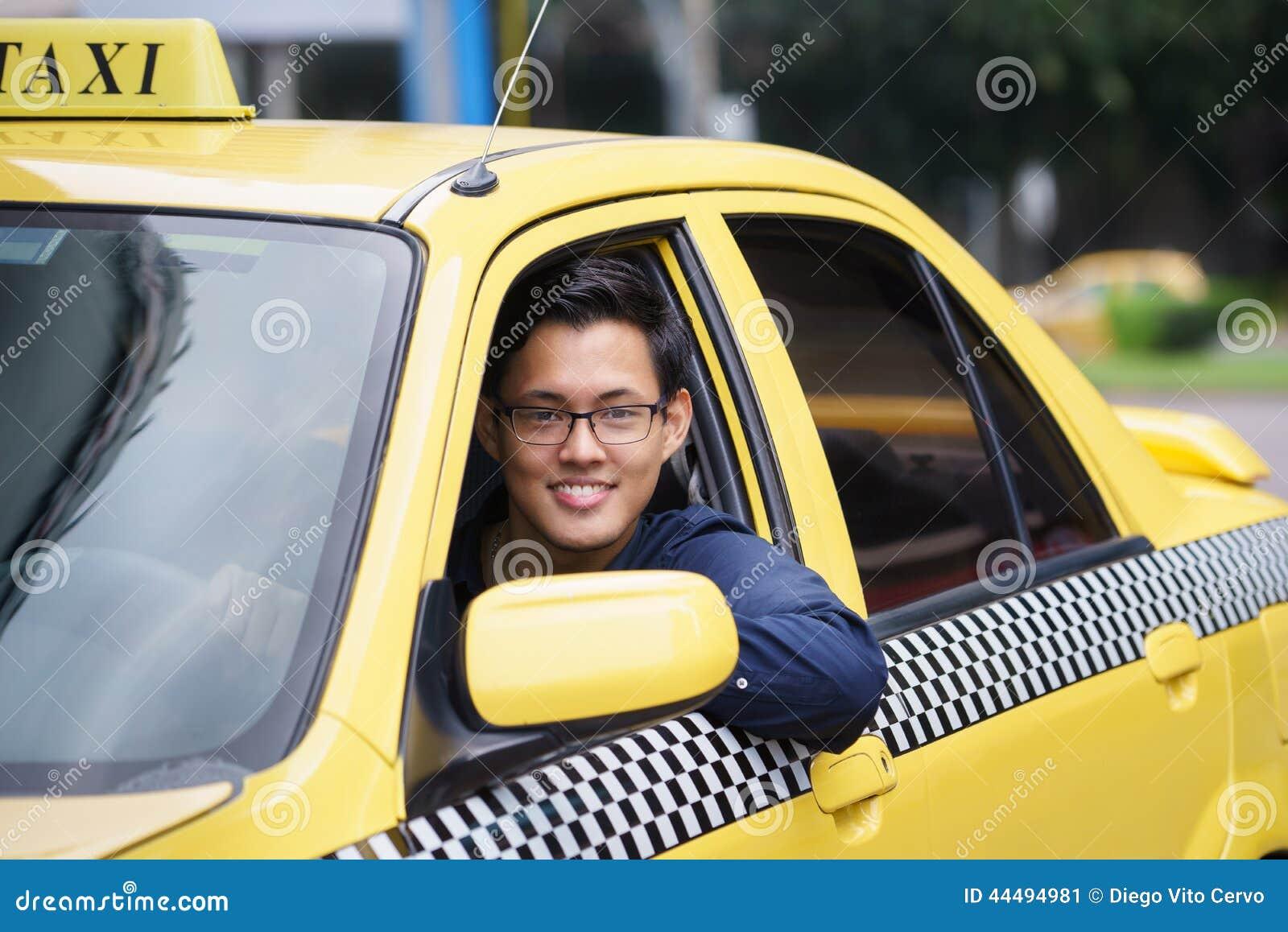 Portreta taksówkarza uśmiechu samochodowy jeżdżenie szczęśliwy