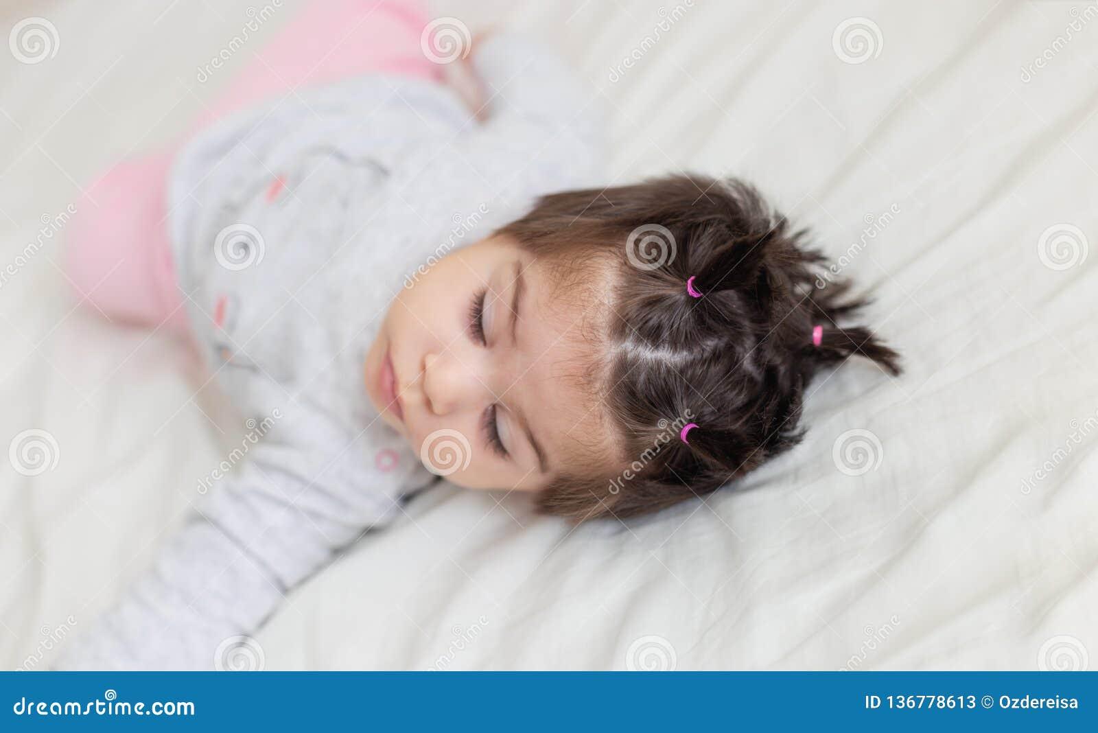 Portreta widok śliczny dziewczynki dosypianie na łóżku