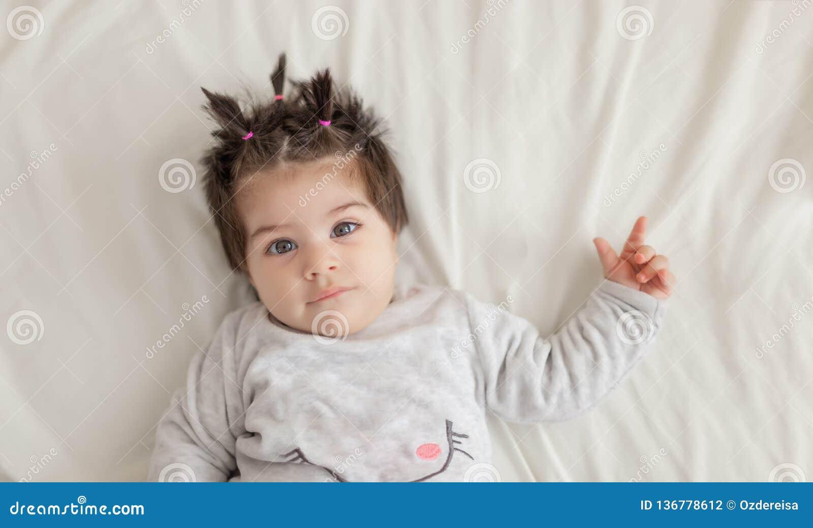 Portreta widok śliczny dziewczynki lying on the beach na łóżku