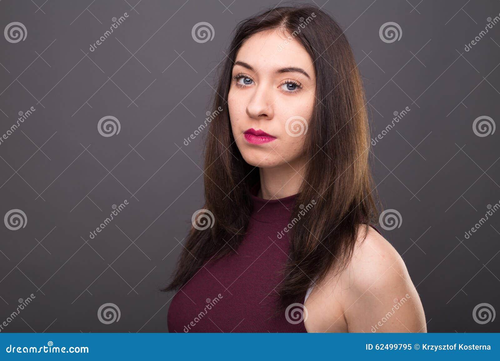 Portretten mooi meisje in de studio