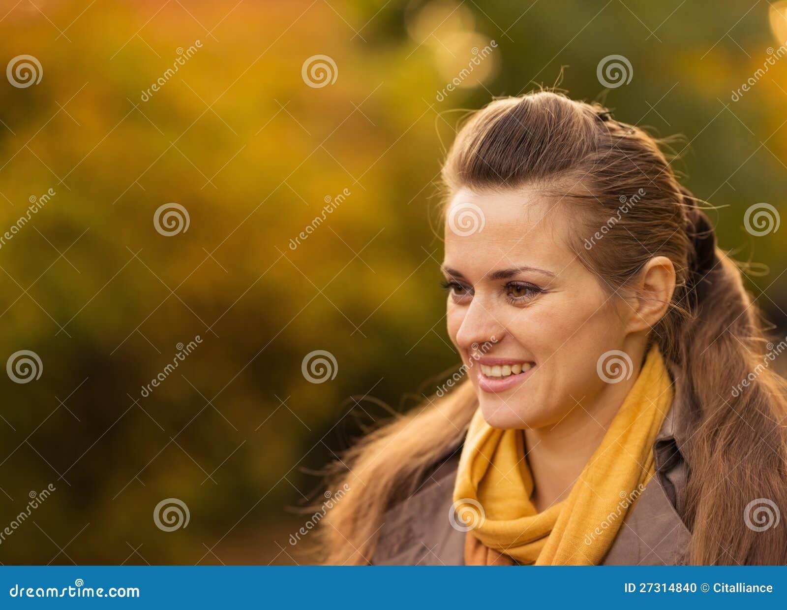 Portretten van gelukkige jonge vrouw in openlucht