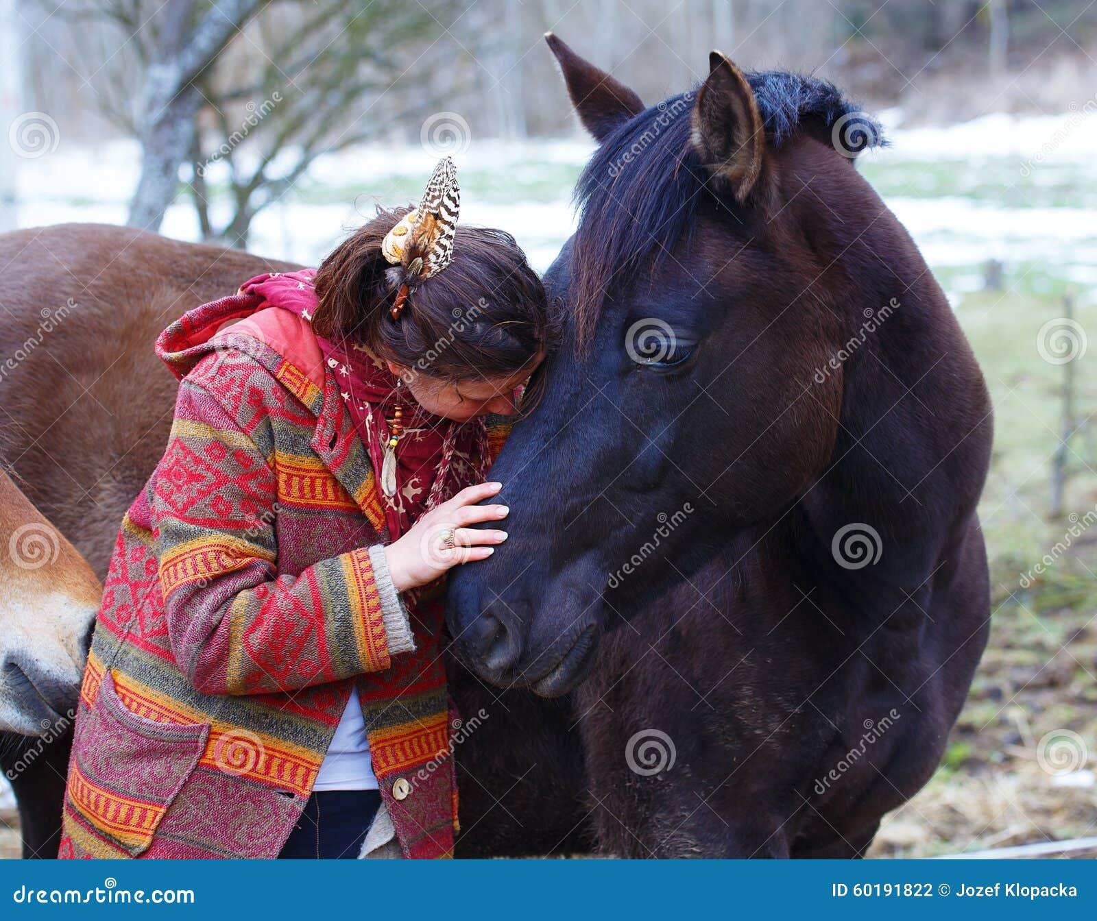 Portretvrouw en paard in openlucht vrouw het koesteren