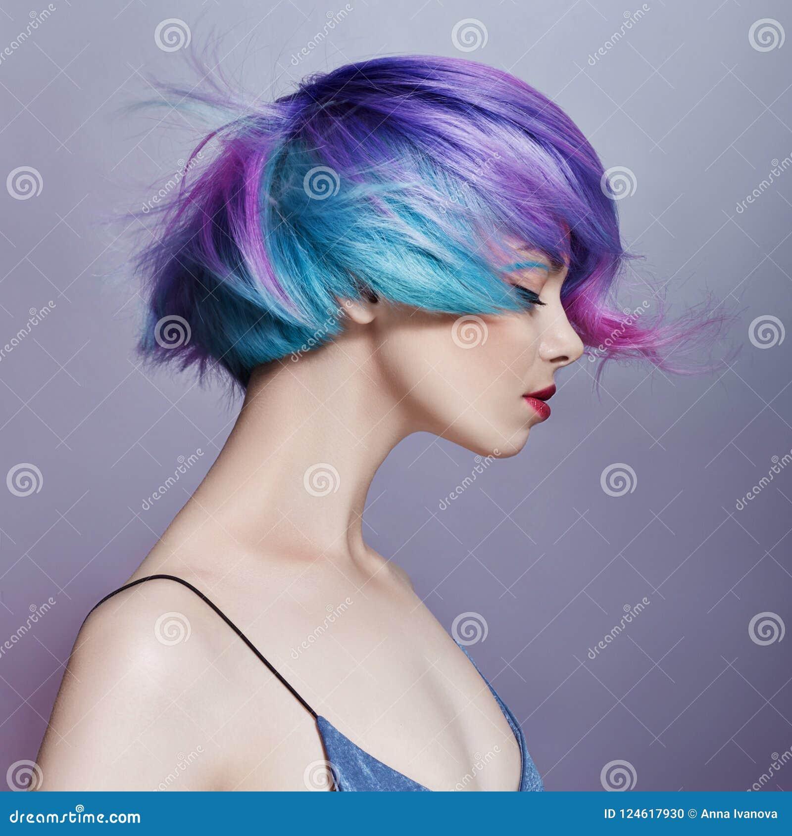 Portretvrouw met helder gekleurd vliegend haar, alle schaduwen van purple Haarkleuring, mooie lippen en make-up Haar het fladdere