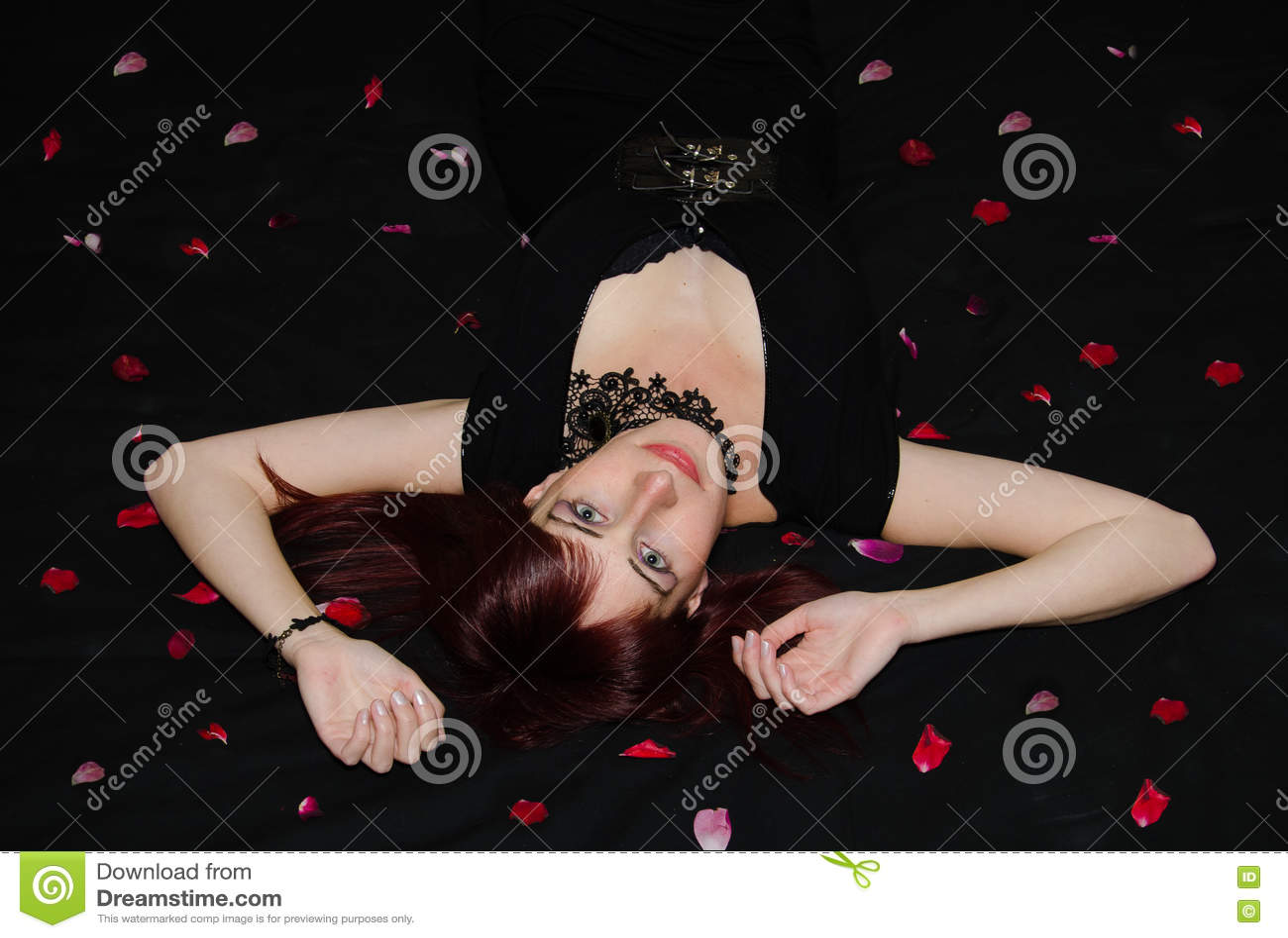 Portretvrouw op roze bloemblaadjes