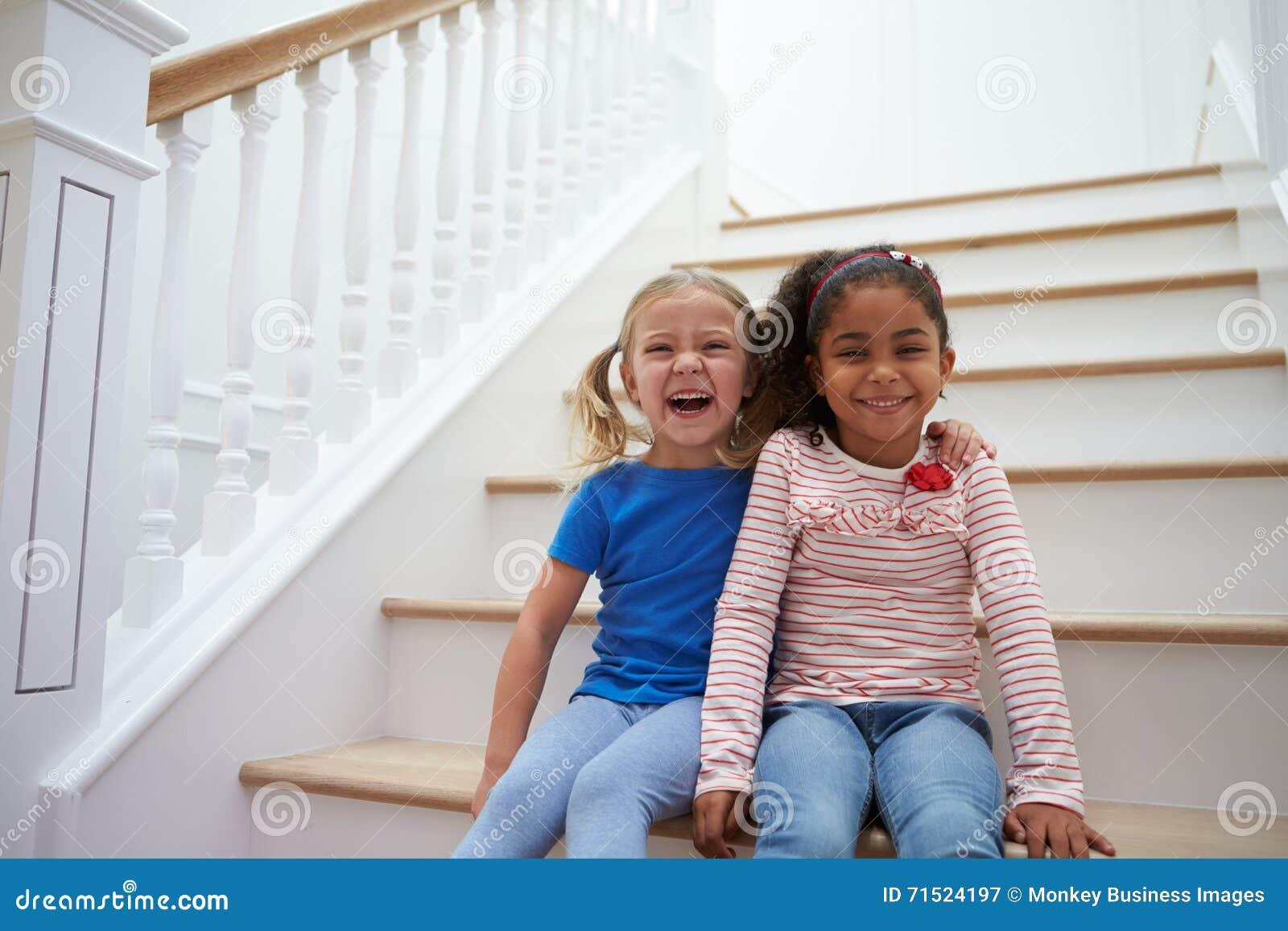 Porträt Von Zwei Mädchen Die Zu Hause Spiel Auf