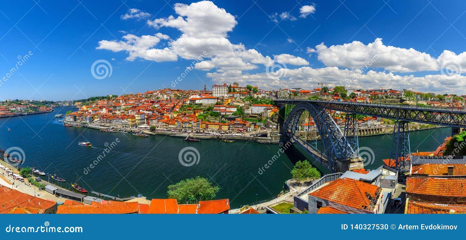 Portugal porto Panoramiczny widok śródmieście Porto, Portugalia z Dom Luis Przerzucam most nad Douro rzeką