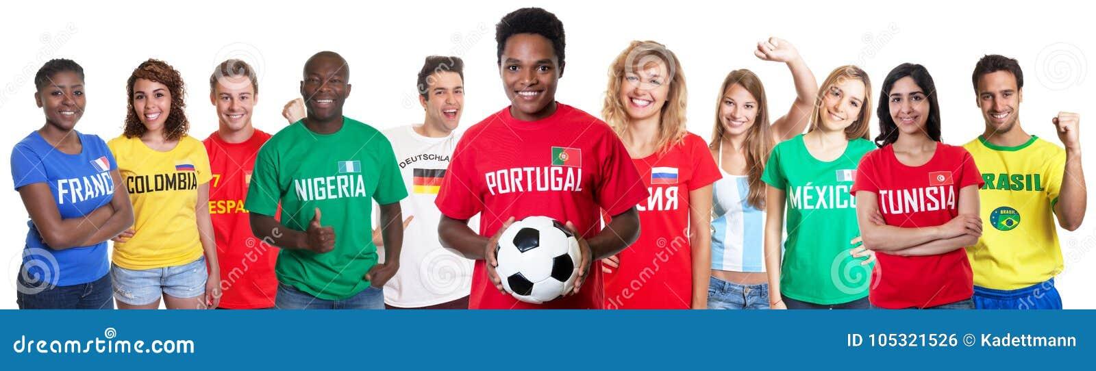 Portugalski piłki nożnej fan z fan od innych krajów