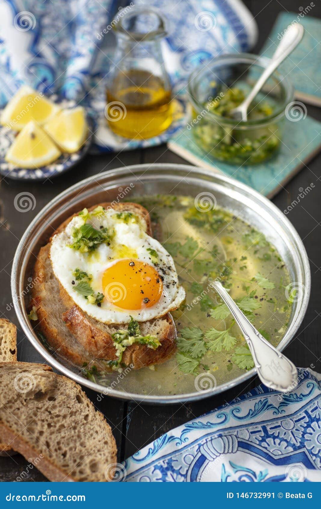 Portugiesische Knoblauchsuppe mit Brot und Ei, sopa alentejana