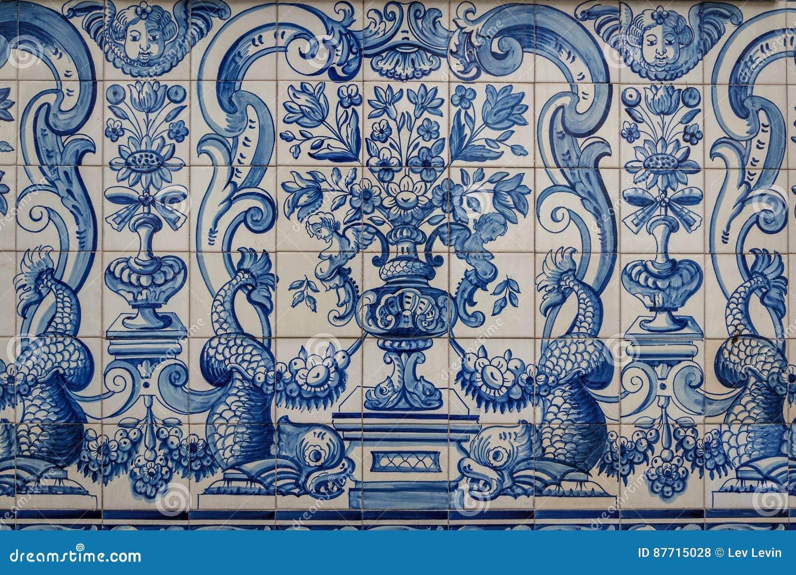 Portugisiska dekorativa tegelplattor i det gamla huset