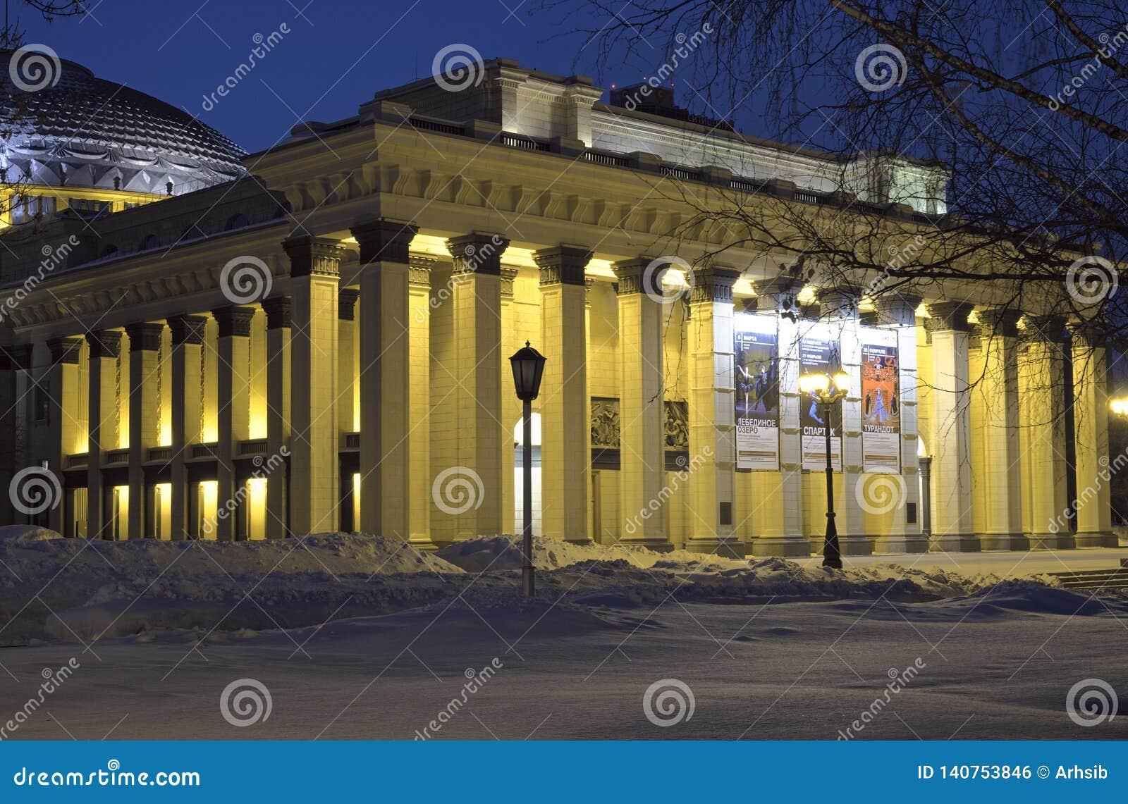 Portyk Novosibirsk opera w zimy nocy