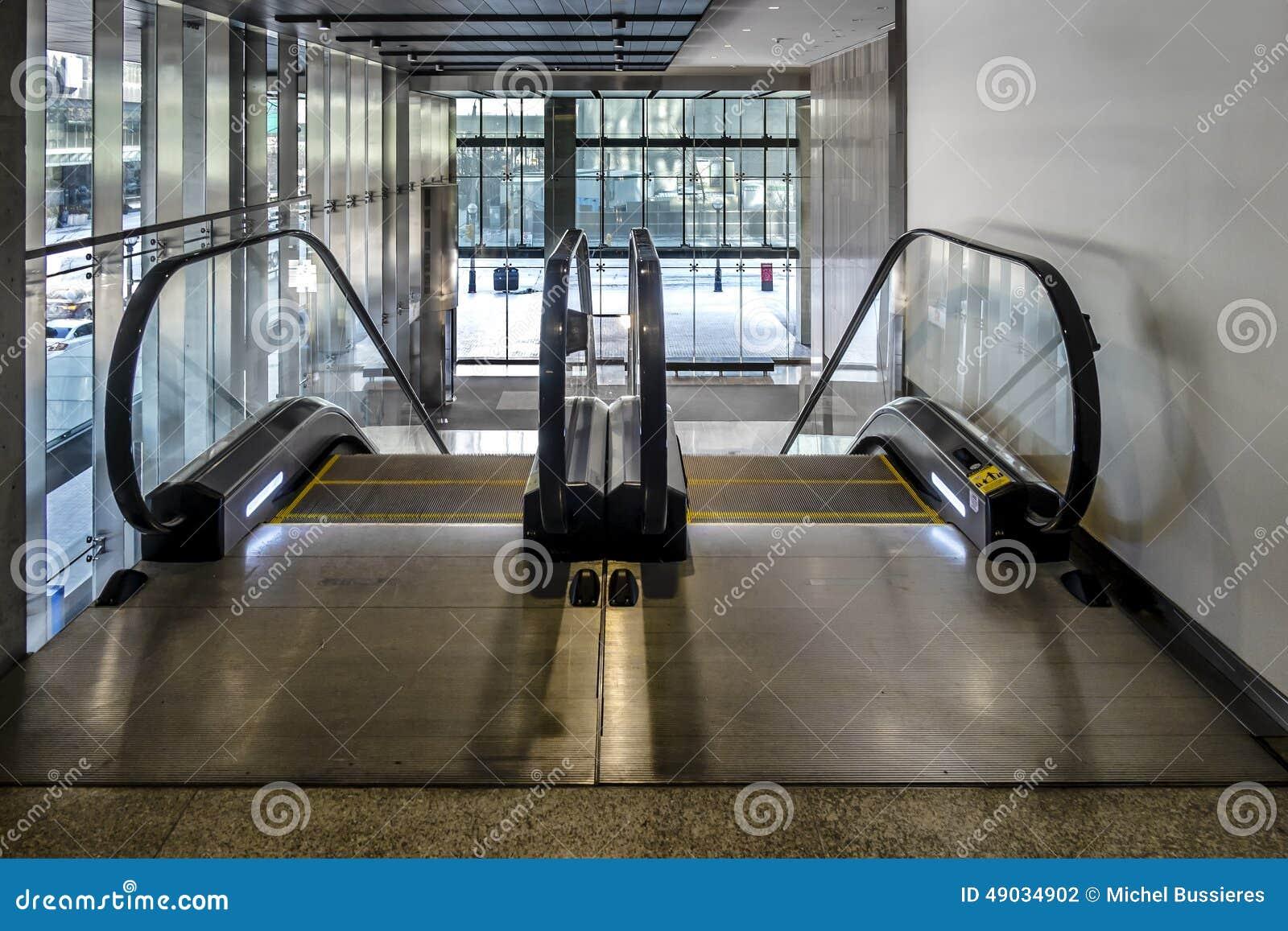 Poruszający schodki w budynku