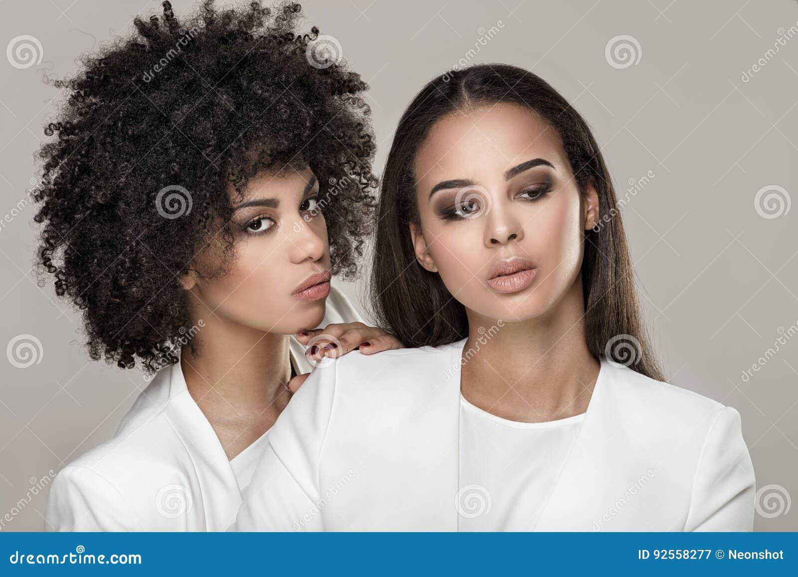 Posa africana elegante della donna due
