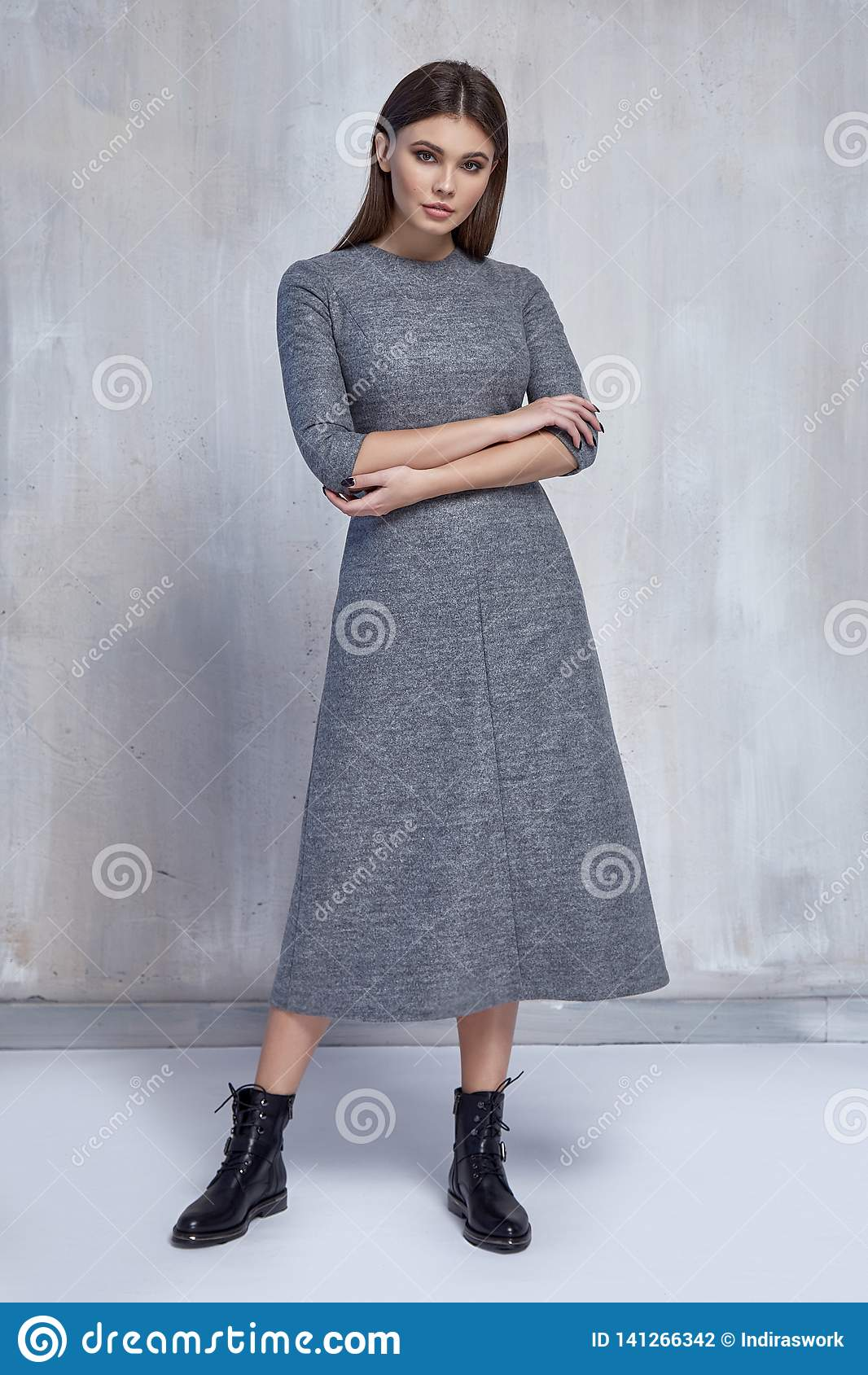 Posa castana del modello di stile del partito dei capelli di modo di donna di usura dalla lana del vestito di tendenza dei vestit