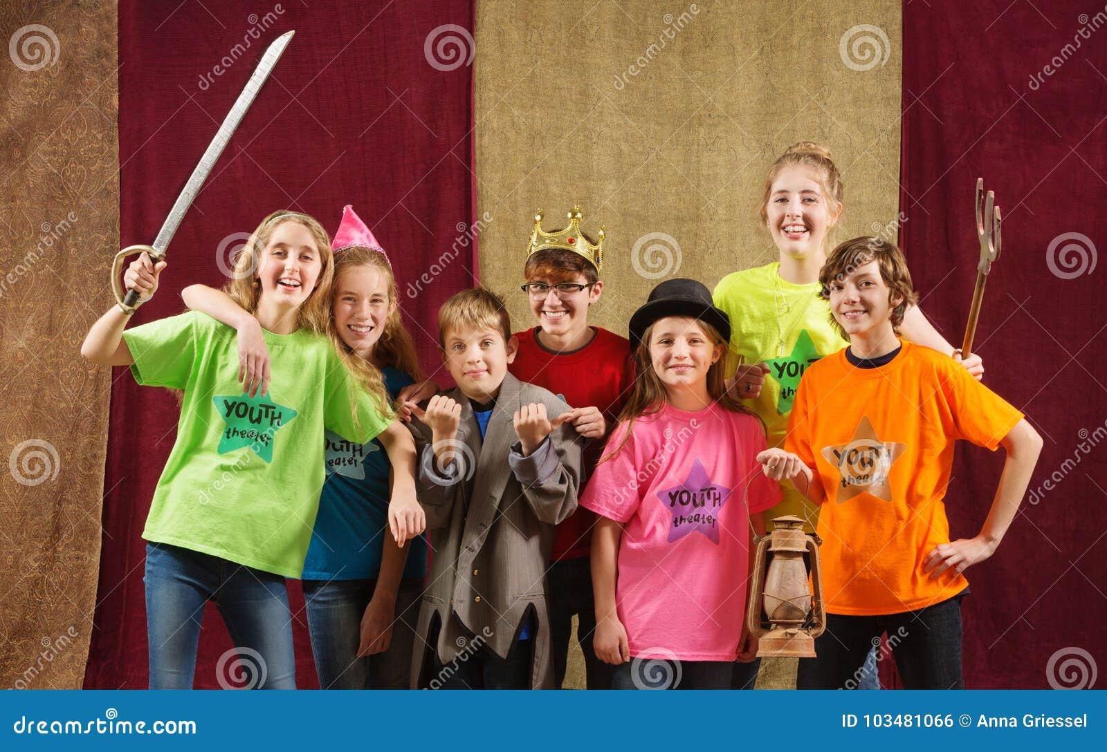 Pose d acteurs d enfant pour l appareil-photo