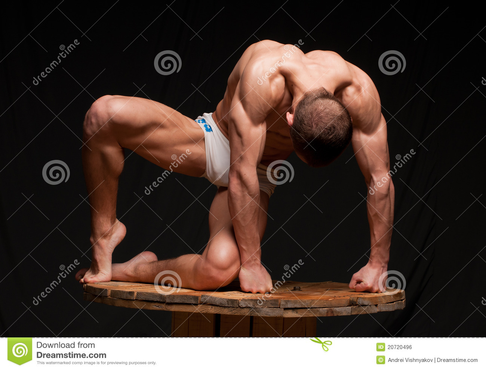 Pose d homme de muscle